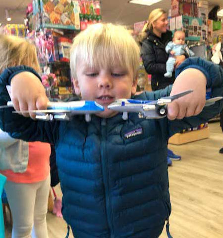 store-picts-boy-with-planes