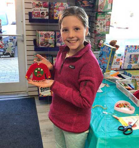 store-picts-girl-with-christmas-ornament